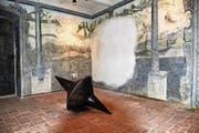 Das Panoramazimmer mit dem alten Fresko – an der Jubiläumsausstellung bespielt mit dem beweglichen, tönenden Kreisel von Barbara Jäggi. (Bild: Romano Cuonz (Sarnen, 21. November 2017))