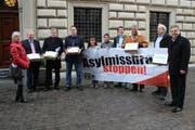 SVP-Mitglieder reichen am 29. April 2013 5286 Unterschriften für ihre Initiative ein. (Bild PD)
