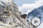 Ein Helikopter transportiert einen Fluegel der Marke Steinway anlaesslich einer Konzertserie des Schweizer Pianisten Oliver Schnyder auf den Pilatus, aufgenommen am 12. Oktober 2016. Auf 2132 Metern ueber Meer finden ab dem 15. Oktober 2016 an drei Wochenenden Klavierkonzerte mit Oliver Schnyder statt. (PPR/Sebastian Schneider) (Bild: SEBASTIAN SCHNEIDER (PPR))
