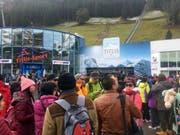 Hunderte Touristen und Schneesportler warteten am Sonntagmorgen vor der Talstation der Titlisbahnen. (Bild: René Meier)