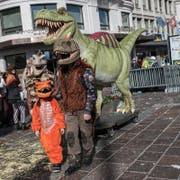 Familie Schaab bringt T. Rex in die Stadt. (Bild: Boris Bürgisser)