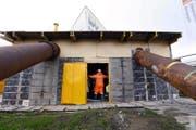 Edy Zihler führt in das Pumpwerk für die Ersatzleitungen. (Bild: Werner Schelbert)