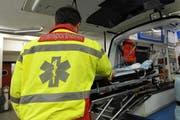 Die verletzte Bikerin wurde mit dem Rettungsdienst ins Spital gefahren. (Symbolbild UZ)
