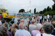 Hunderte Zuschauer verfolgten die Bergung des «Schwans» im Zuger Hafen. (Bild: Stefan Kaiser / Neue ZZ)