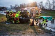 Die Einsatzkräfte bei der Bergung des Unfallfahrers. (Bild: FFZ (Menzingen, 22. Januar 2018))