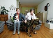 Corinne Brunner mit Katze Carusa und Brigitta Smider mit Hund Malik im Wohnzimmer. (Bild: Stefan Kaiser (Steinhausen, 12. Dezember 2017))