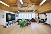 Raum für Arbeit, Kunst und Gäste: Innen erinnert die Holzdecke im Obergeschoss an die Vergangenheit des umgebauten Schützenhauses in Sarnen. (Bild: Dominik Wunderli)