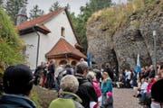200 Besucher waren gestern Vormittag bei der Einweihung der sanierten Felsenkapelle auf Rigi Kaltbad dabei. (Bild Nadia Schärli)