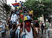 Seit dem Beginn der Proteste im April gehören solche Szenen zum Alltag in Caracas. (Bild: Federico Parra/AFP (Caracas, 22. Mai 2017))