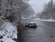 Beim Selbstunfall zwischen Entlebuch und Werthenstein überschlug sich das Auto und geriet in die Kleine Emme. (Bild: PD)