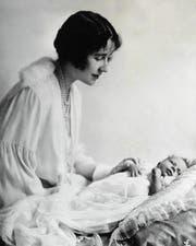 Elisabeth einen Monat nach der Geburt 1926 mit ihrer Mutter Elisabeth, später bekannt als «Queen Mum». (Bild: Getty)