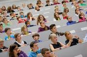 Interessierte Zuhörer: Schülerinnen und Schüler während einer Vorlesung der Kinder-Uni 2012 im Hörsaal. (Archivbild Philipp Schmidli)