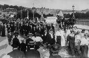 Die sozialistische Jugend demonstriert, das Bild zeigt sie an Pfingsten 1915 auf der Zürcher Quaibrücke. (Bild: Sozialarchiv Zürich)