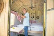 In Buochs schaut Campingleiter Markus Barmettlerin einem Nostalgiewagen zum Rechten. (Bild: Corinne Glanzmann)