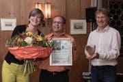 Andreas Herzog (mitte), mit Gemeindepräsident Cyrill Wiget (rechts) und Pia Engeler, Präsidentin der Jugendkommission Kriens. (Bild PD)