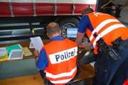 Die Papiere der Fahrzeuge und der Lenker werden überprüft. (Bild: Kapo Obwalden)