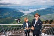 Gästebegleiterin Rita Odermatt mit Ranger Carljörg Kaiser auf dem Stanserhorn. (Bild: Philipp Schmidli)