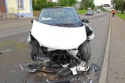 Das stark beschädigte Unfallauto. (Bild: Luzerner Polizei (Neuenkirch, 13. Juli 2017))