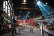 Ein Mitarbeiter des Metall- und Kunststoffverarbeiters Tenconi in Airolo. (Bild: Gabriele Putzu/Keystone (2. September 2015))
