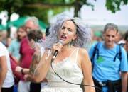 Die Zürcher Sängerin und Songwriterin Verena von Horsten suchte am Samstagabend die Nähe zum Publikum auch vor der Bühne. (Bild: Dominik Wunderli)
