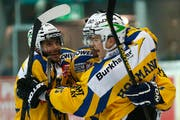 Gaudenz F. Domenig ist Präsident des HC Davos, dessen Spieler im Bild einen Treffer gegen die Kloten Flyers in der Partie vom 23. Dezember 2013 feiern. (Bild: Keystone / Patrick B. Kraemer)