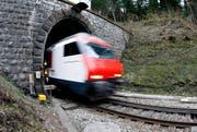 Ein Zug fährt durch den Albistunnel, der durch einen längeren Zimmerbergtunnel ersetzt werden soll. (Bild: Archiv Neue ZZ)