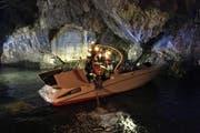 Einsatzkräfte bergen das Boot. (Bild: Kantonspolizei Nidwalden)