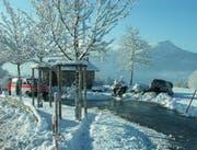 Ein Italiener rutschte - mit Sommerreifen ausgerüstet - auf der schneebedeckten Strasse von der Fahrbahn. (Bild Kapo SZ)