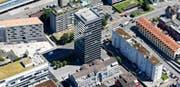 Die urbane Nord-Süd-Achse entlang der Baarerstrasse ist laut Bauforum Zug ideal für weitere Hochhäuser – wie dieses hier an der Untermüli.Bild: Stefan Kaiser (8. Oktober 2015)