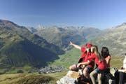 Touristen auf einem Wanderweg hoch über Andermatt beim Nätschen. (Bild: PD)