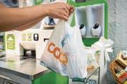 Der Verbrauch von Plastiksäcken ist im Vergleich zum Vorjahr um über 80 Prozent zurückgegangen. (Bild: Urs Bucher (St. Gallen, 15. August 2017))