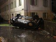 Der Lenker verlor die Kontrolle über das Auto und kollidierte mit der Betonmauer. (Bild: PD)