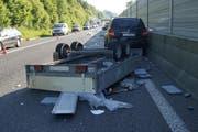 Dieser Anhänger überschlug sich auf der Autobahn in voller Fahrt. (Bild: Zuger Polizei)