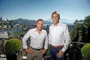 Mykompass-Chef Robert Furger (links) und Axon-Chef Peter Delfosse auf der Dachterrasse des Schlösslis Schönegg in Luzern, wo die Mykompass-Muttergesellschaft Axon ihren Sitz hat. (Bild Pius Amrein)