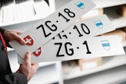 Heiss begehrt: Der Kanton Zug versteigert noch bis morgen Abend Nummernschilder an Private. (Bild: Stefan Kaiser (Zug, 12. Februar 2018))