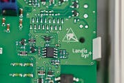 Blick ins Innere eines intelligenten Stromzählers. (Bild: Gaetan Bally/Keystone (Zug, 3. August 2011))
