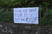 Seit heute hangen am Zaun der Liegenschaft Transparente. (Bild: Leserbild: Philipp Birchmeier)