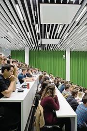 Studenten der rechtswissenschaftlichen Fakultät der Universität Luzern starten ins neue Semester. (Bild: Pius Amrein (15. September 2017))