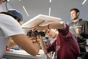 Benjamin Müller, Markus Lindegger und Samuel Müller (von links) bauen am Kollegi in Stans im Rahmen der Technik- und Informatikwoche ein Solarfahrzeug. (Bild: Corinne Glanzmann)