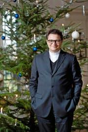 Bischof Felix Gmür (49) vor dem Weihnachtsbaum in der Eingangshalle des Bischöflichen Ordinariats in Solothurn – dem Schloss Steinbrugg. (Bild Boris Bürgisser)