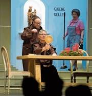 «S' chlöschterliche Windelkind» sorgt im Männerkloster für Turbulenzen. Aber auch die Küchenhilfe mit dem festen Besen bringt das Leben der Kirchenleute durcheinander. (Bild: Maria Schmid (Baar, 28. Februar 2018))