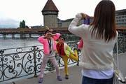 Touristen vor der Kapellbrücke in Luzern. (Bild Nadia Schärli)