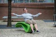 Futuristisch: Belinda Zappacosta entdeckt beim Ausprobieren des grünen Sessels ihr inneres Kind wieder. (Bild: Dominik Wunderli (Luzern, 12. September 2017))