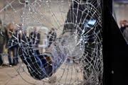 In Luzern war die Bande erfolgreich. Sie gelang über ein präpariertes Fenster in ein Treppenhaus. Die Männer brachen ein Loch in eine Wand und stiegen in die Bijouterie ein (Symbolbild). (Bild: Keystone)