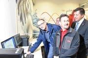 Gemeindepräsident von Steinen Robert Schuler, Projektleiter Claus Jörg und Bezirksammann Sandro Patierno (von links) in der neuen Zentrale. (Bild: PD)