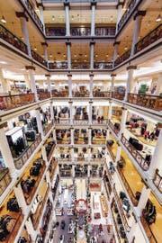Der Strukturwandel trifft die Shopping-Malls: Macy's (im Bild ein Warenhaus in Chicago) musste 100 Standorte schliessen. (Bild: Joe Daniel Price/Getty)