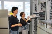Die Pflegefachfrauen Pia Kuhn und Carmen Schatt richten in der neuen Abteilung die Stationsapotheke ein. (Bild: PD)
