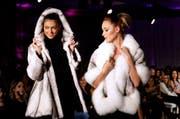 Pelze sind wieder in: Kreationen des syrischen Modedesigners Sanaa Maatouk waren an der Modeshow in Beirut am 1. Dezember gefragt. (Bild: EPA)