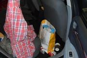 Die harmlose Tüte hinter dem Beifahrersitz hat es in sich. (Bild: Luzerner Polizei)