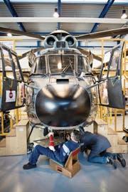 Beim Geschäft um Russland ging es um eine Aufrüstung von Putins Helikopterflotte mit Beobachtungskugeln. Im Bild die Abschlussarbeiten von Ruag-Mitarbeitern an einem Superpuma. (Bild: Manuela Jans-Koch (Emmen, 20. März 2014))